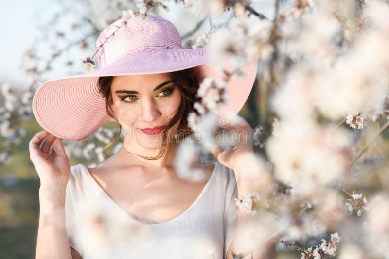 Retrato da jovem mulher no jardim florescido na primavera tim fotos de stock