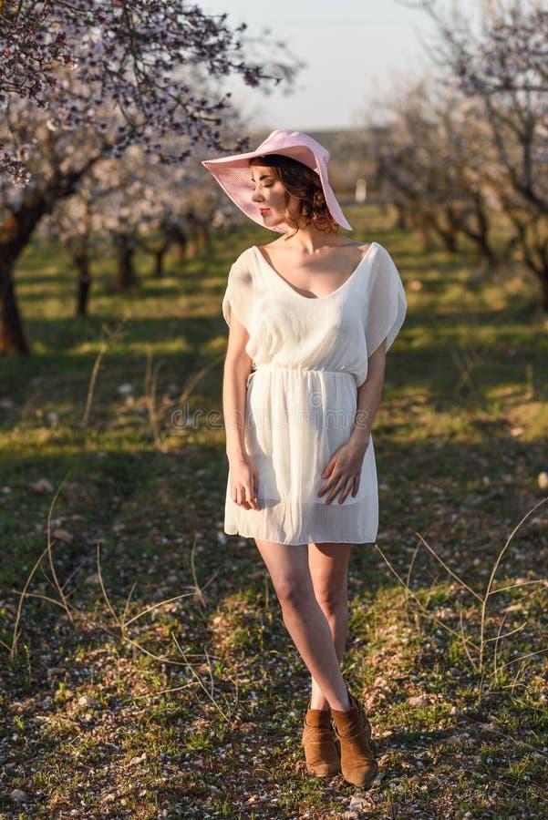 Retrato da jovem mulher no jardim florescido na primavera tim foto de stock royalty free