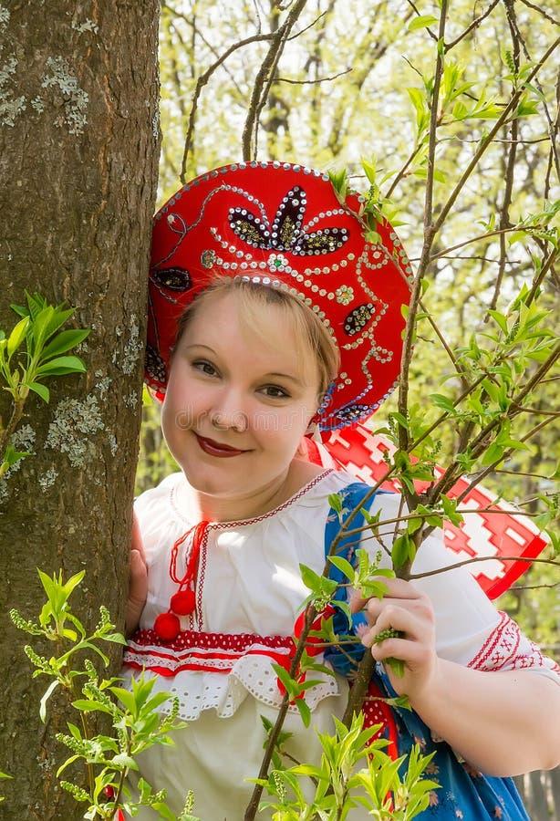 Retrato da jovem mulher no kokoshnik imagens de stock