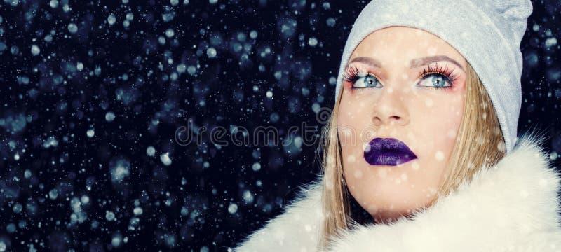 Retrato da jovem mulher no Natal exterior do inverno fotos de stock