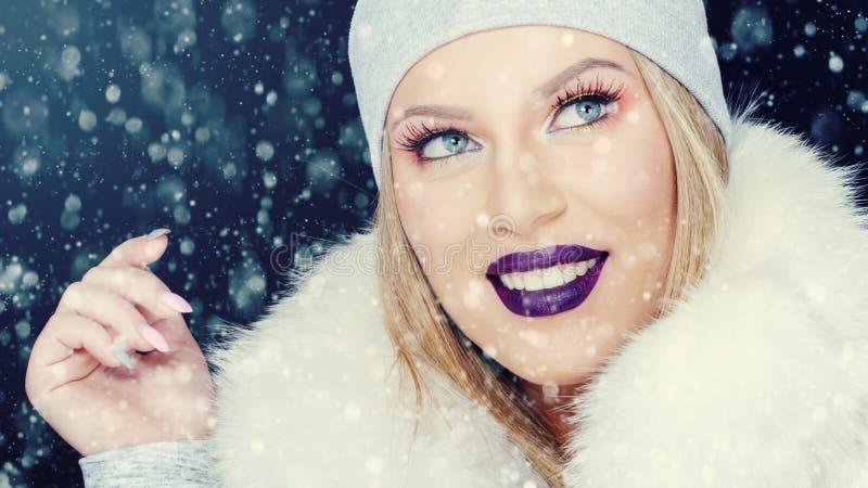 Retrato da jovem mulher no Natal exterior do inverno foto de stock