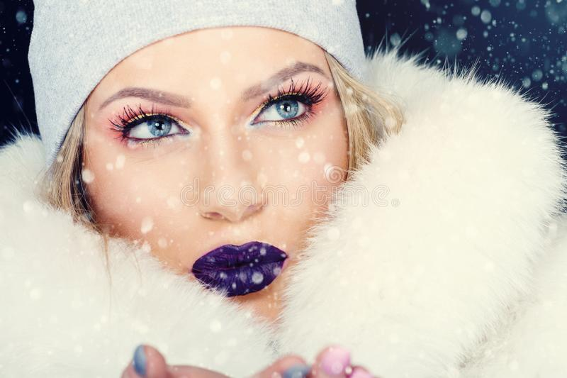 Retrato da jovem mulher no Natal exterior do inverno imagem de stock