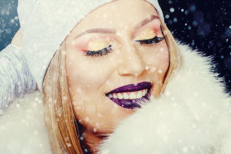 Retrato da jovem mulher no Natal exterior do inverno fotos de stock royalty free
