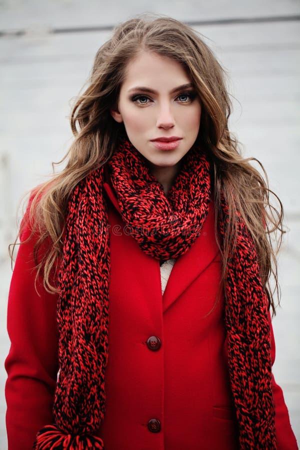 Retrato da jovem mulher no revestimento e no lenço vermelhos do inverno imagens de stock