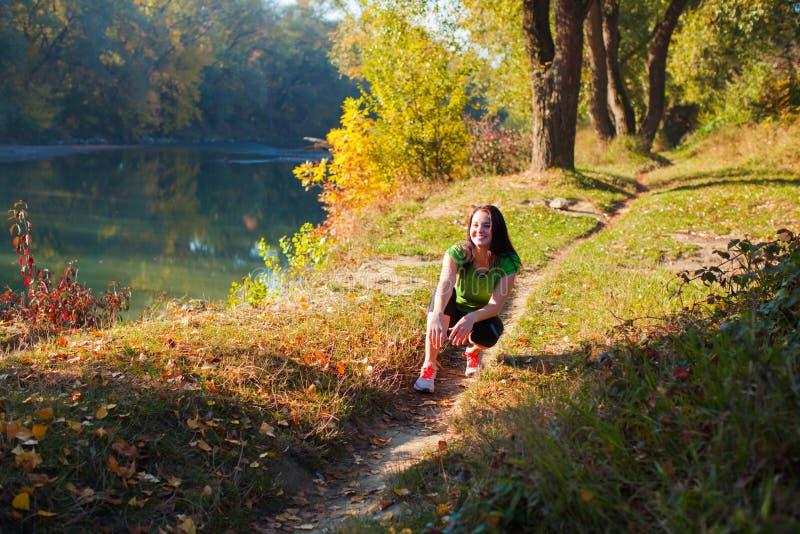 Retrato da jovem mulher no trajeto no parque da cidade imagem de stock