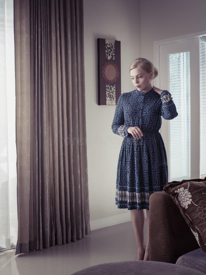 Retrato da jovem mulher no vestido da cor imagens de stock royalty free