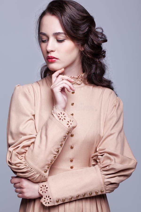 Retrato da jovem mulher no vestido retro fotografia de stock