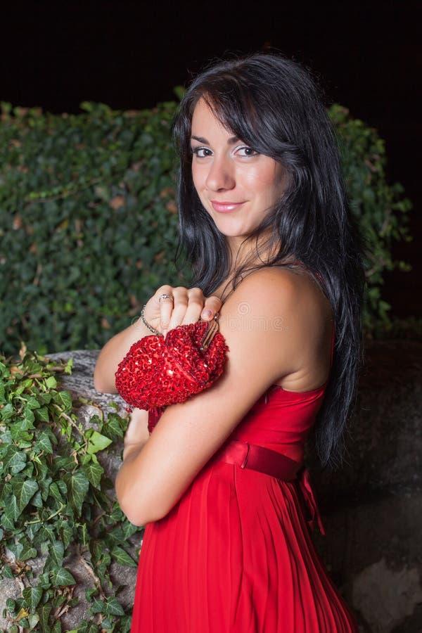 Retrato da jovem mulher no vestido sem mangas vermelho imagens de stock