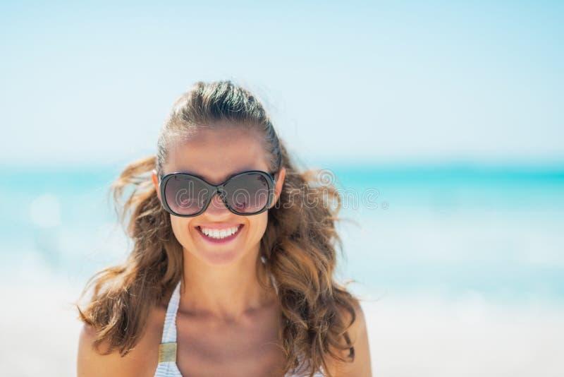 Retrato da jovem mulher nos óculos de sol na praia fotos de stock