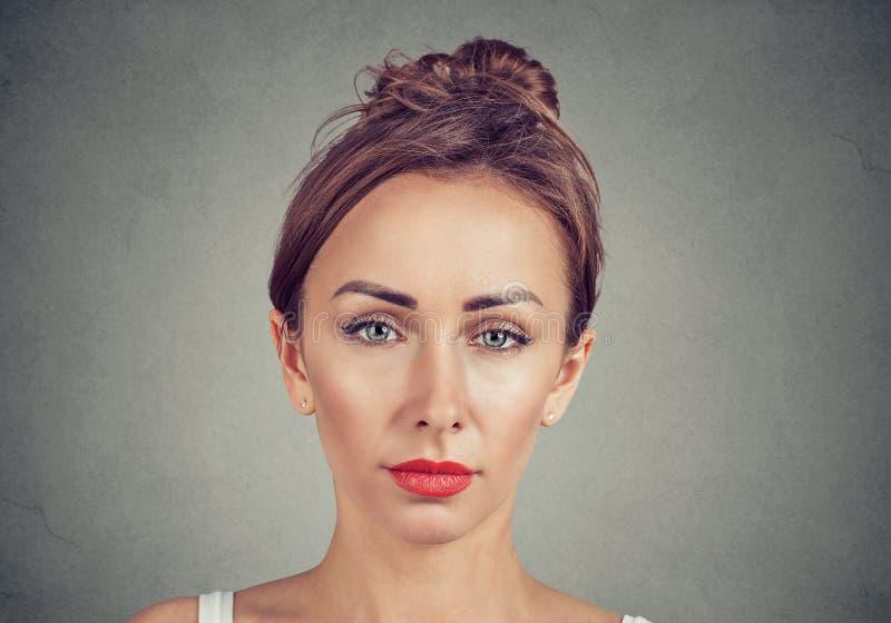 Retrato da jovem mulher ocasional imagens de stock