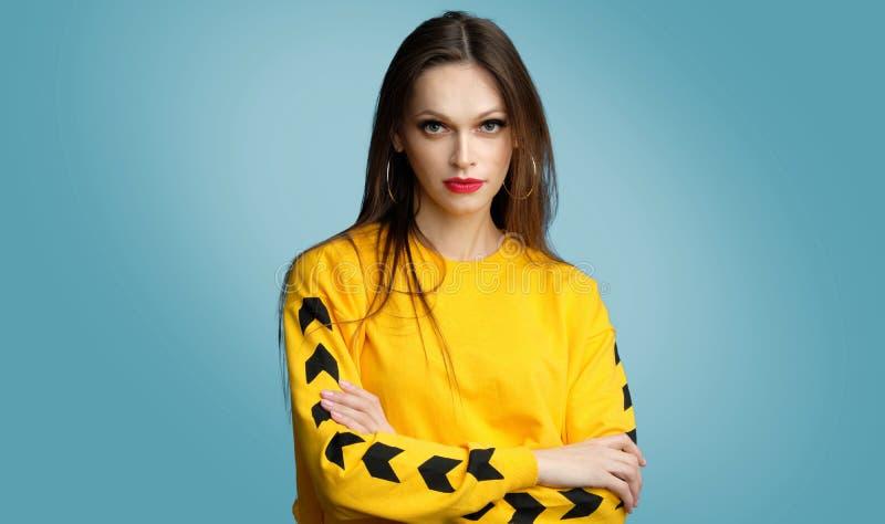 Retrato da jovem mulher ocasional na moda fotografia de stock