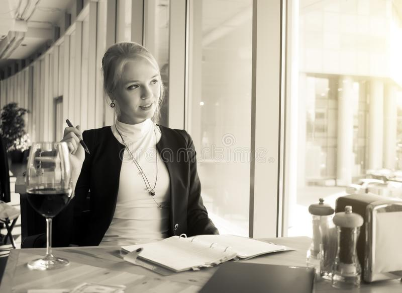 Retrato da jovem mulher que descansa no café imagem de stock royalty free