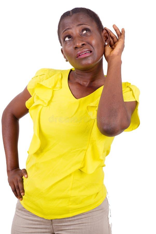 Retrato da jovem mulher que escuta com surpresa imagens de stock royalty free