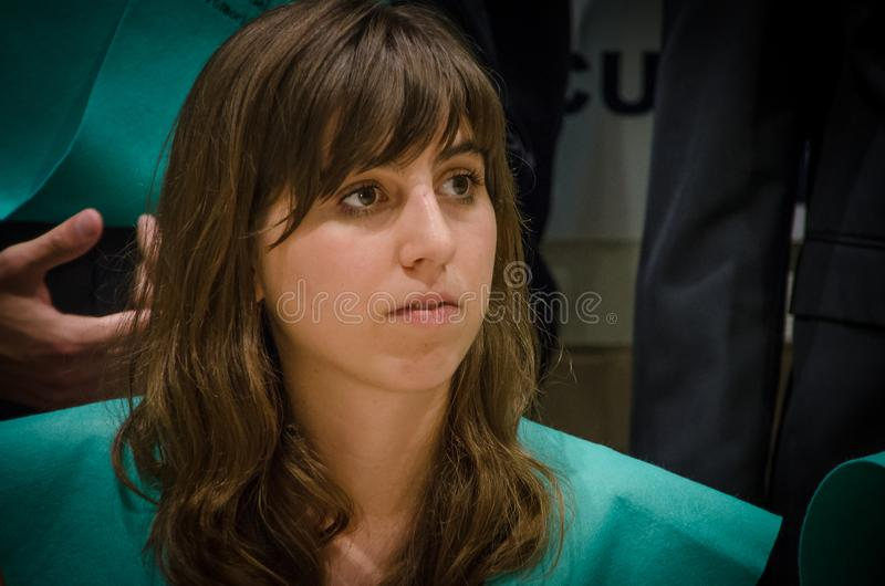 Retrato da jovem mulher que gradua-se na faculdade fotos de stock