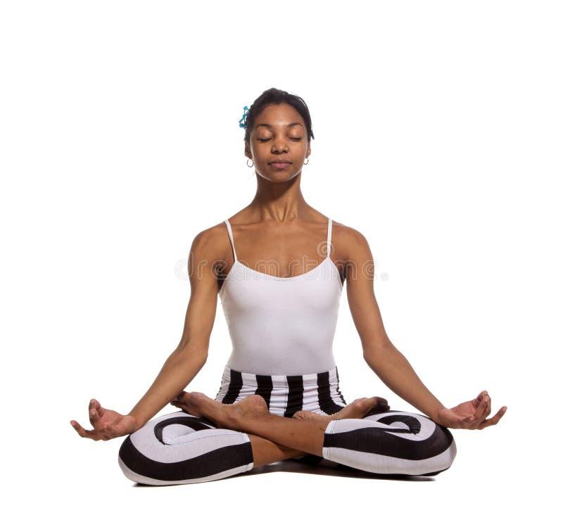 Retrato da jovem mulher que medita na pose dos lótus imagens de stock