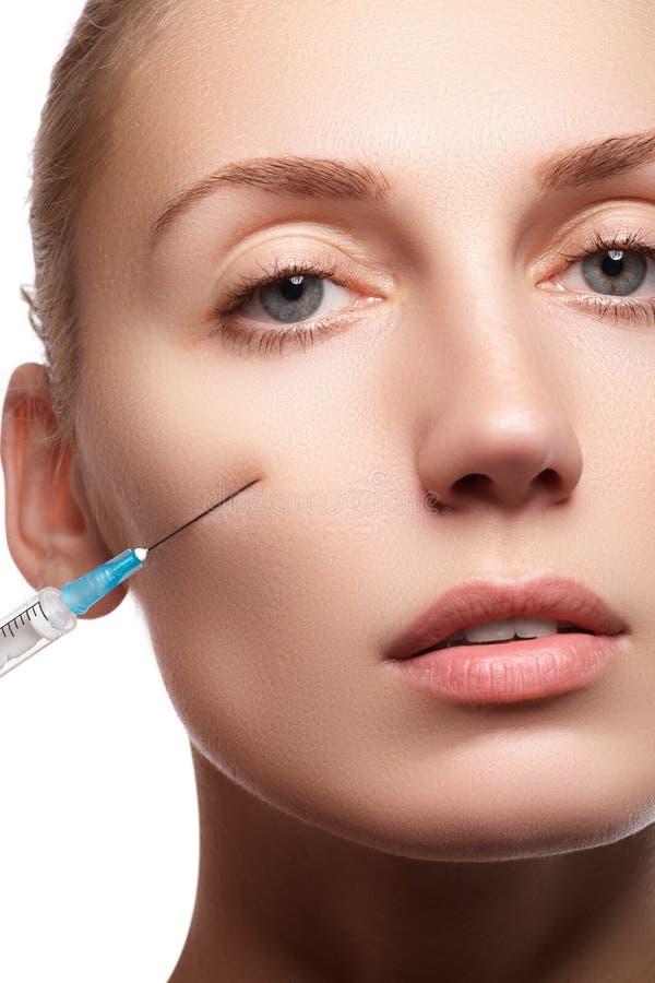 Retrato da jovem mulher que obtém a injeção cosmética beleza imagem de stock
