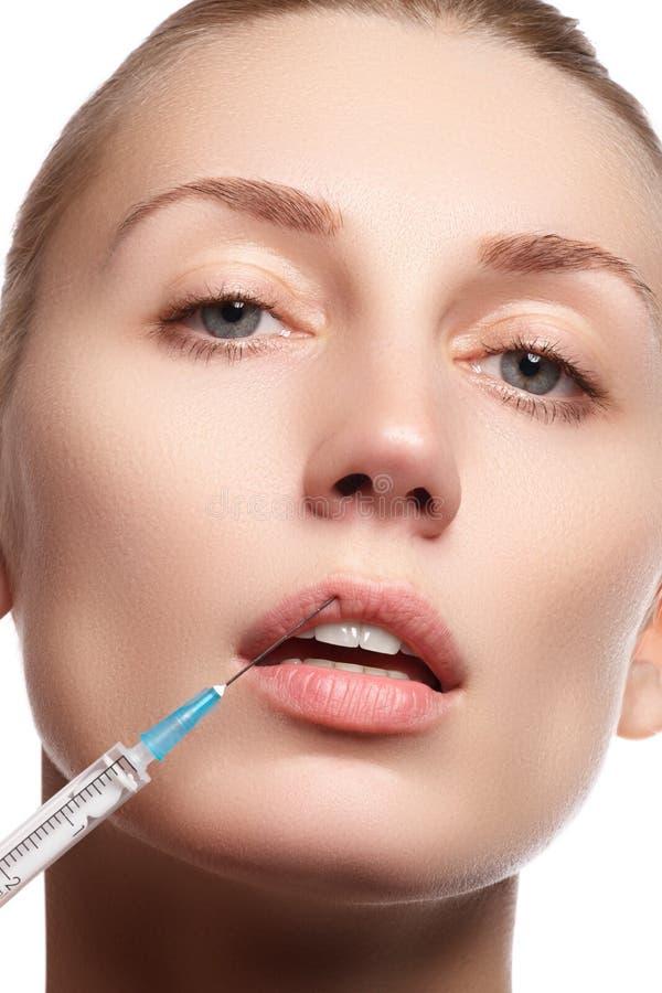 Retrato da jovem mulher que obtém a injeção cosmética beleza fotografia de stock royalty free