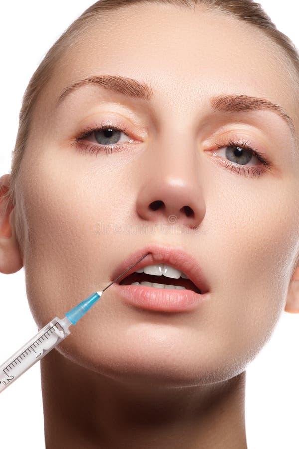 Retrato da jovem mulher que obtém a injeção cosmética beleza imagens de stock
