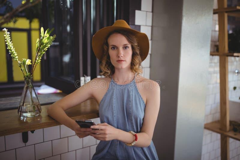 Retrato da jovem mulher que usa o smartphone fotos de stock royalty free