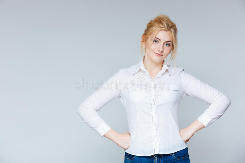 Retrato da jovem mulher segura bonita na camisa branca foto de stock royalty free