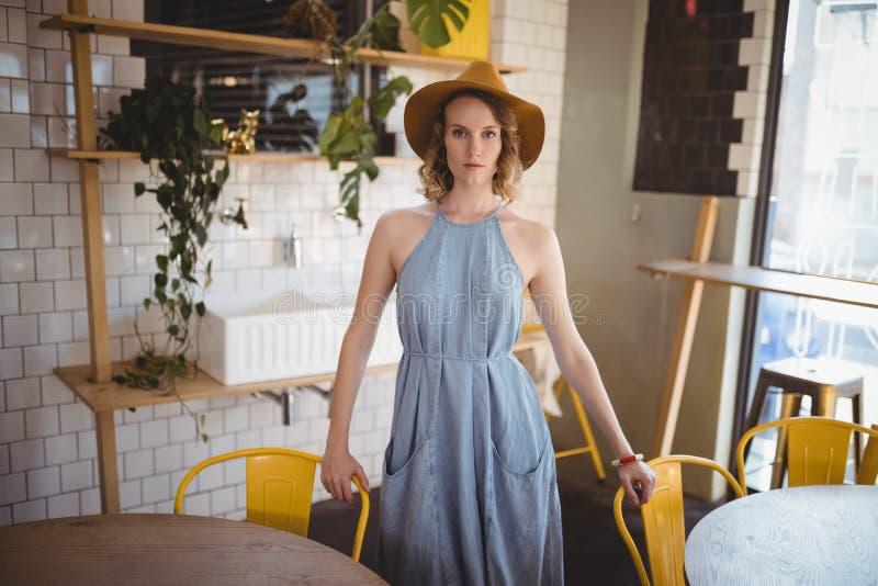 Retrato da jovem mulher segura que está na cafetaria imagem de stock royalty free