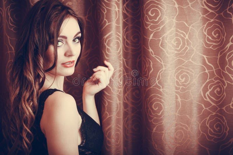 Retrato da jovem mulher sensual 'sexy' na roupa interior foto de stock