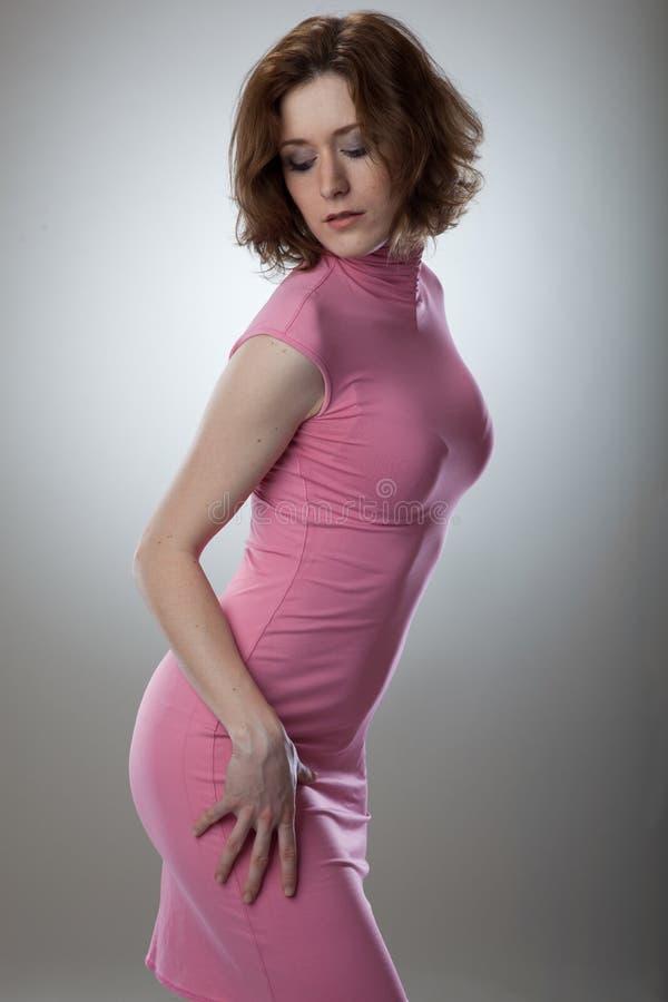 Retrato da jovem mulher 'sexy' no vestido cor-de-rosa imagem de stock