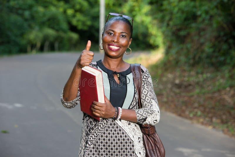 Retrato da jovem mulher, sorrindo imagens de stock royalty free