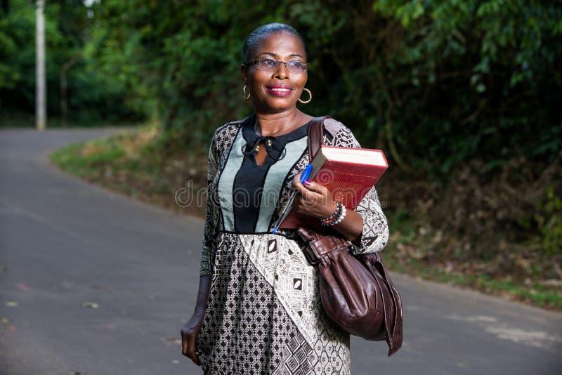 Retrato da jovem mulher, sorrindo fotos de stock