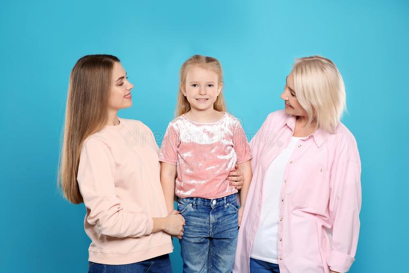 Retrato da jovem mulher, da sua filha e da mãe madura imagens de stock royalty free
