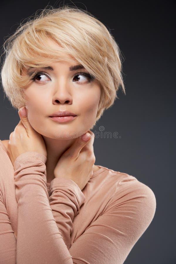 Retrato da jovem mulher Tiro do estúdio da beleza do close up fotografia de stock