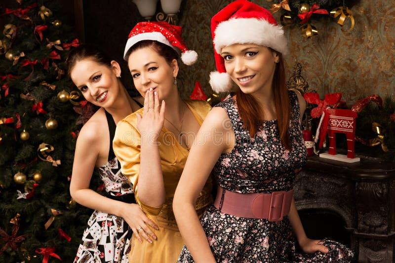 Retrato da jovem mulher três que levanta perto do Natal decorado t imagens de stock