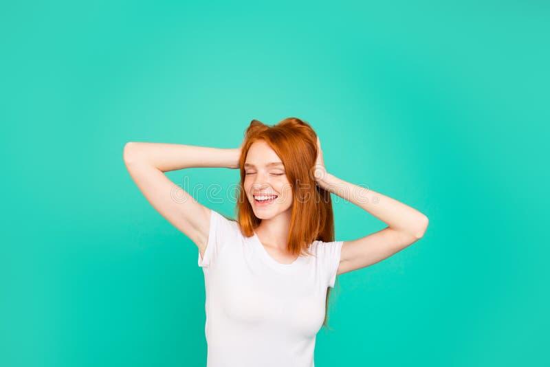Retrato da jovem senhora com cabelo longo na palma branca da posse do t-shirt fotografia de stock royalty free