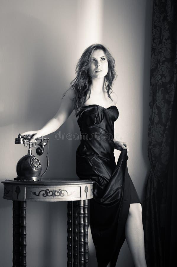 Retrato da jovem senhora sensual bonita com telefone à moda fotografia de stock