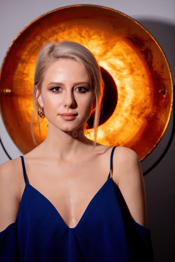 Retrato da linda loira com esfera dourada fotos de stock