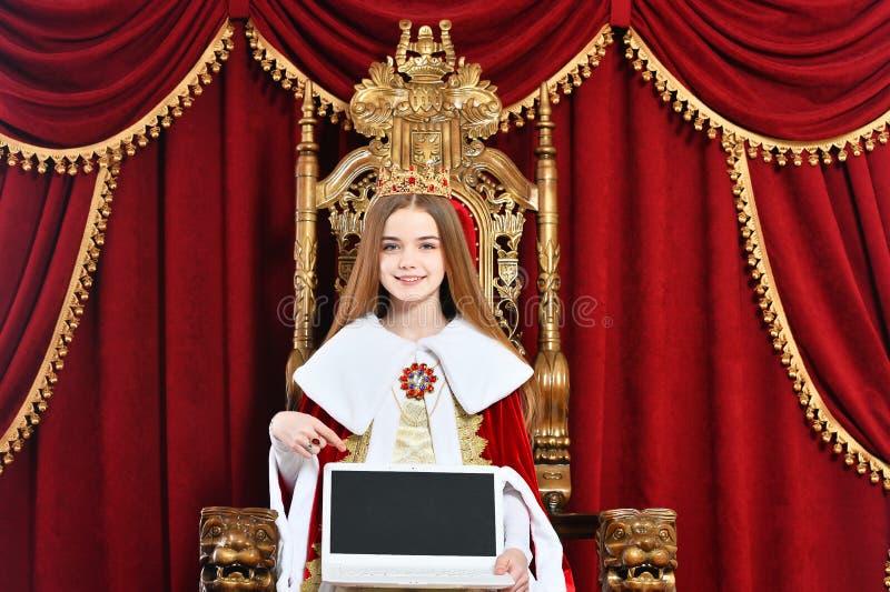 Retrato da linda menina adolescente segurando o laptop imagens de stock