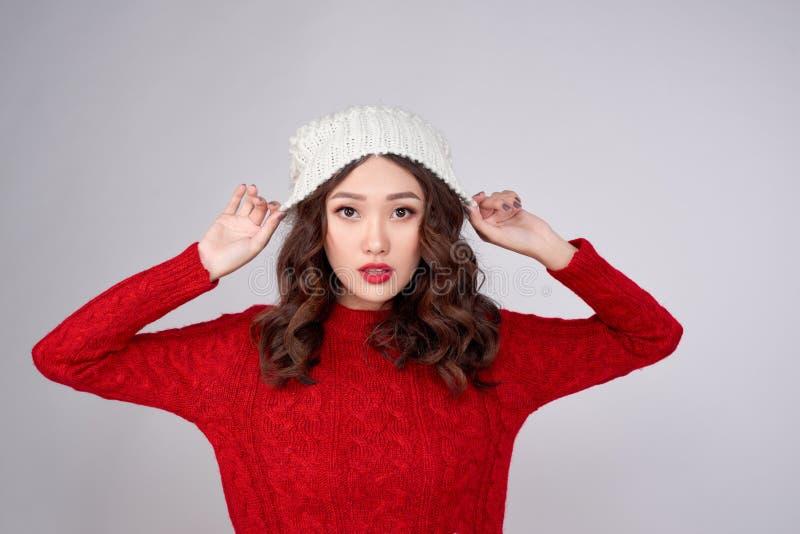 Retrato da linda menina asiática de inverno com chapéu de lã de malha fotos de stock royalty free