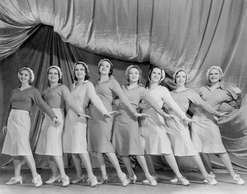 Retrato da linha de dançarinos fêmeas na fase (todas as pessoas descritas não são umas vivas mais longo e nenhuma propriedade exi imagem de stock royalty free