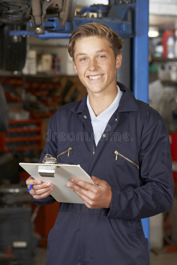 Retrato da loja de In Auto Repair do mecânico do aprendiz imagens de stock royalty free