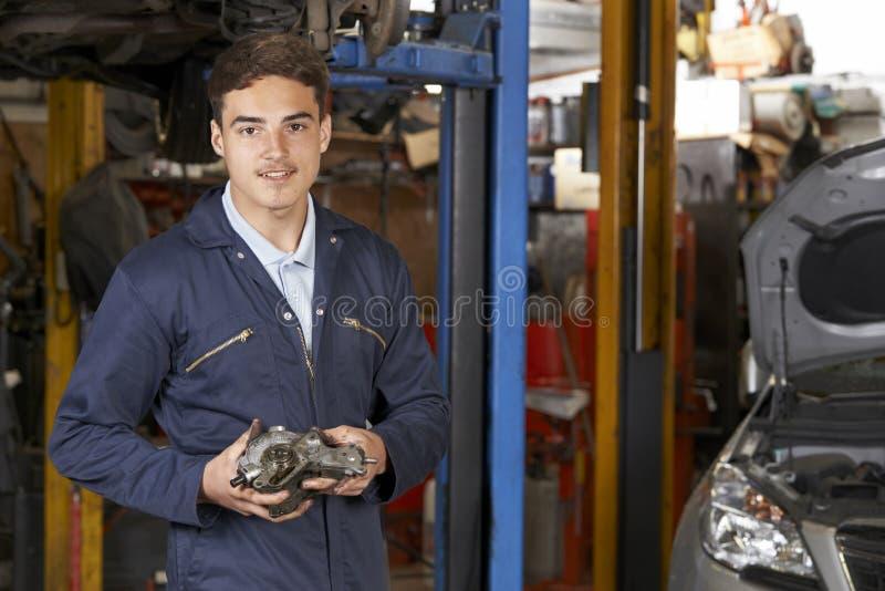 Retrato da loja de In Auto Repair do mecânico do aprendiz foto de stock