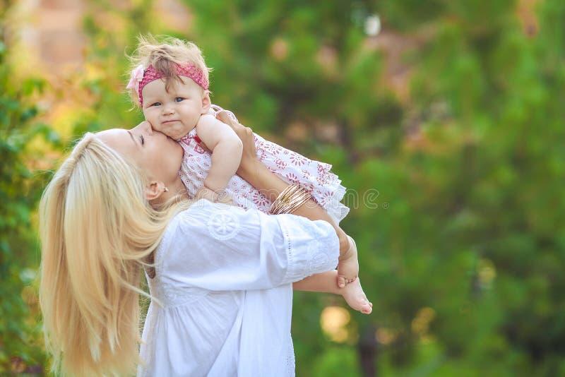 Retrato da mãe com o bebê no parque do verde do verão. Fora. fotografia de stock royalty free