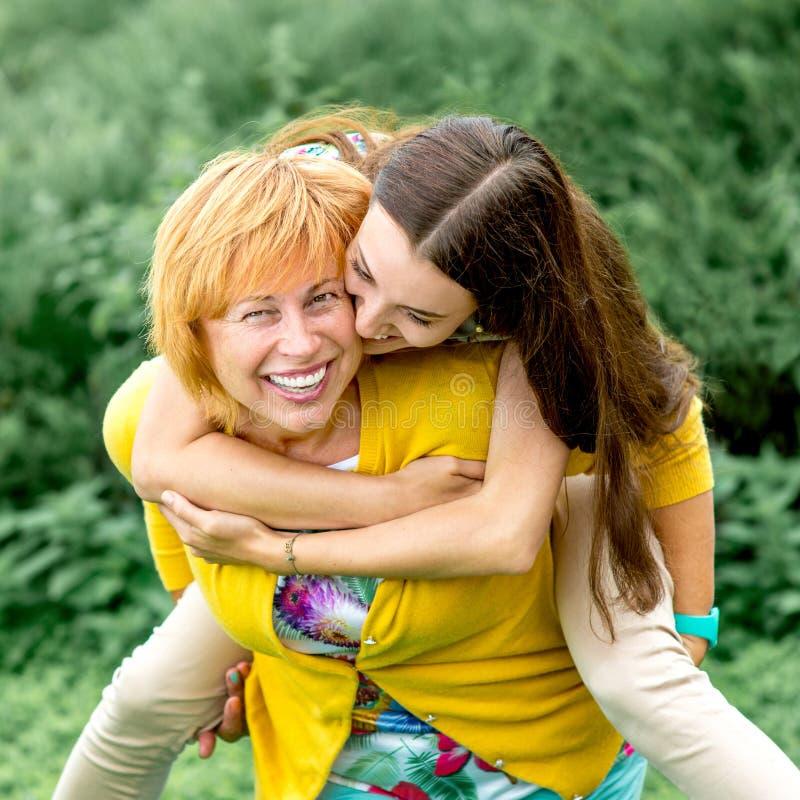 Retrato da mãe com sua filha no parque fotos de stock