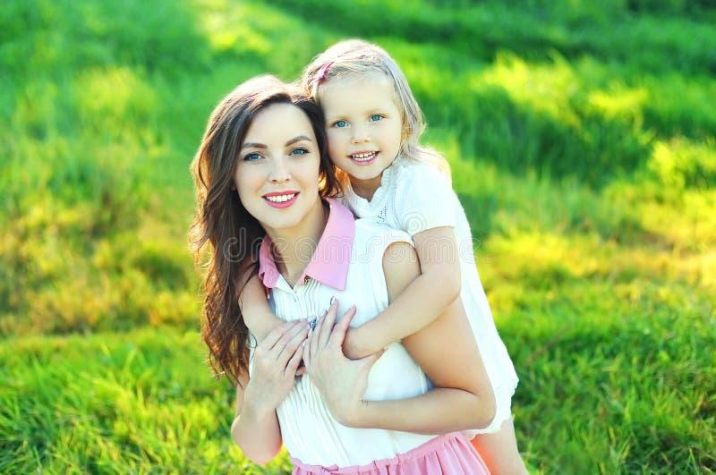 Download Retrato Da Mãe E Da Criança Felizes Junto No Verão Imagem de Stock - Imagem de adorable, criança: 65576133