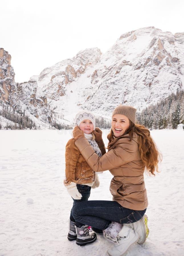 Retrato da mãe e da criança que passam o tempo no inverno fora imagem de stock