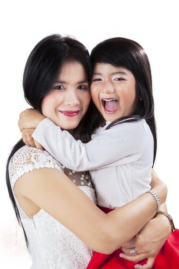 Retrato da mãe e da filha alegres foto de stock