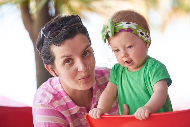 Retrato da mãe e do bebê novos felizes foto de stock royalty free
