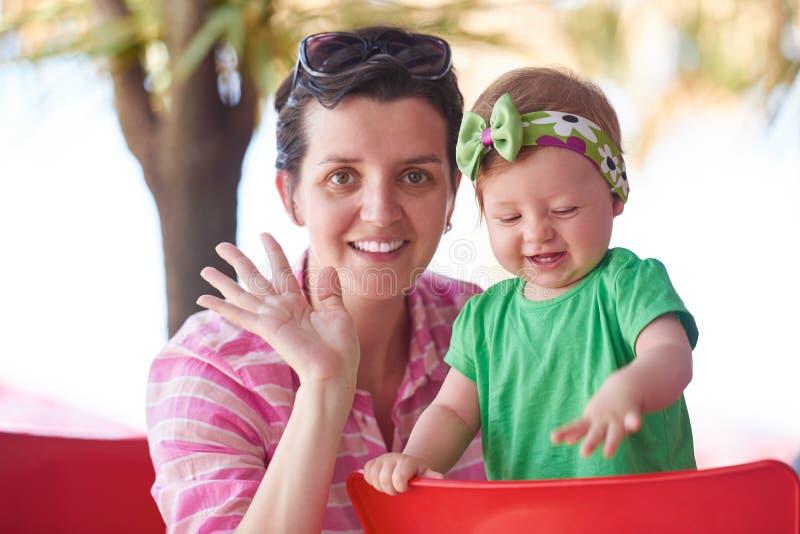 Retrato da mãe e do bebê novos felizes foto de stock
