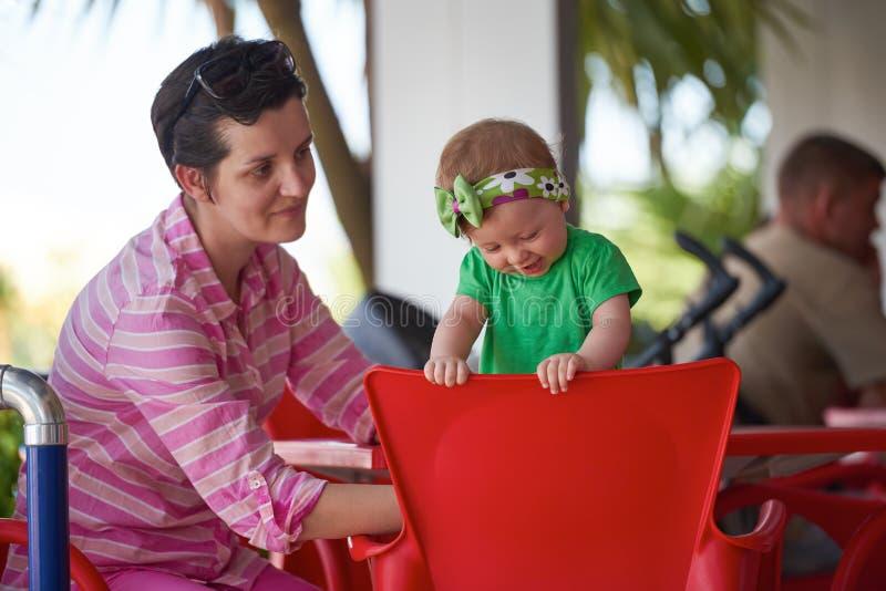 Retrato da mãe e do bebê novos felizes imagens de stock royalty free