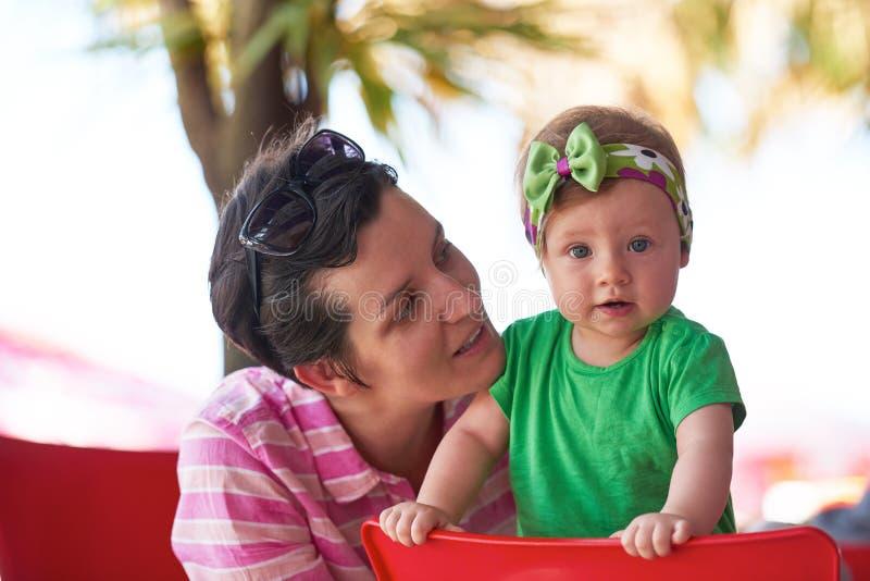 Retrato da mãe e do bebê novos felizes imagem de stock