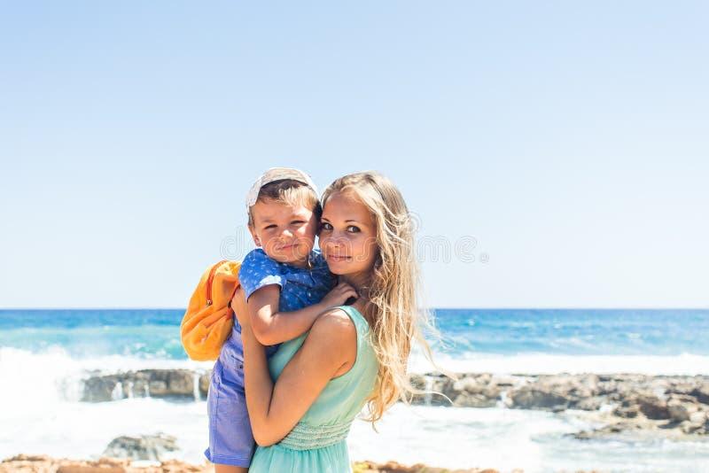 Retrato da mãe e do filho felizes no mar, exterior foto de stock royalty free